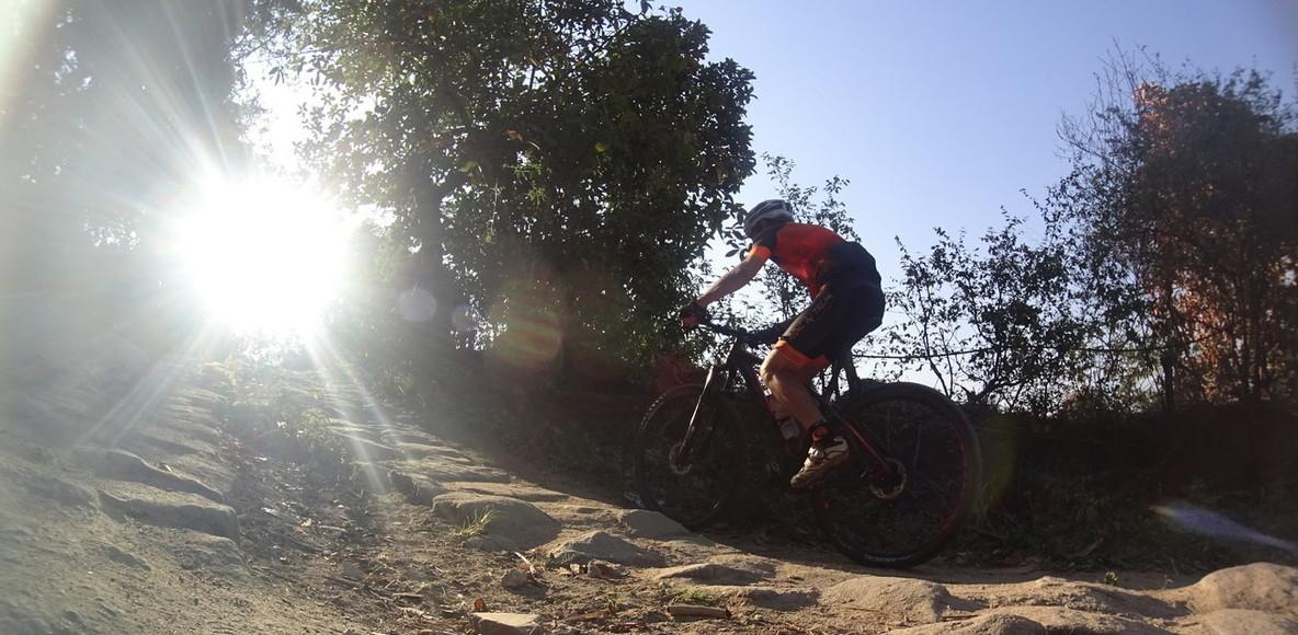 Pedal in trilha