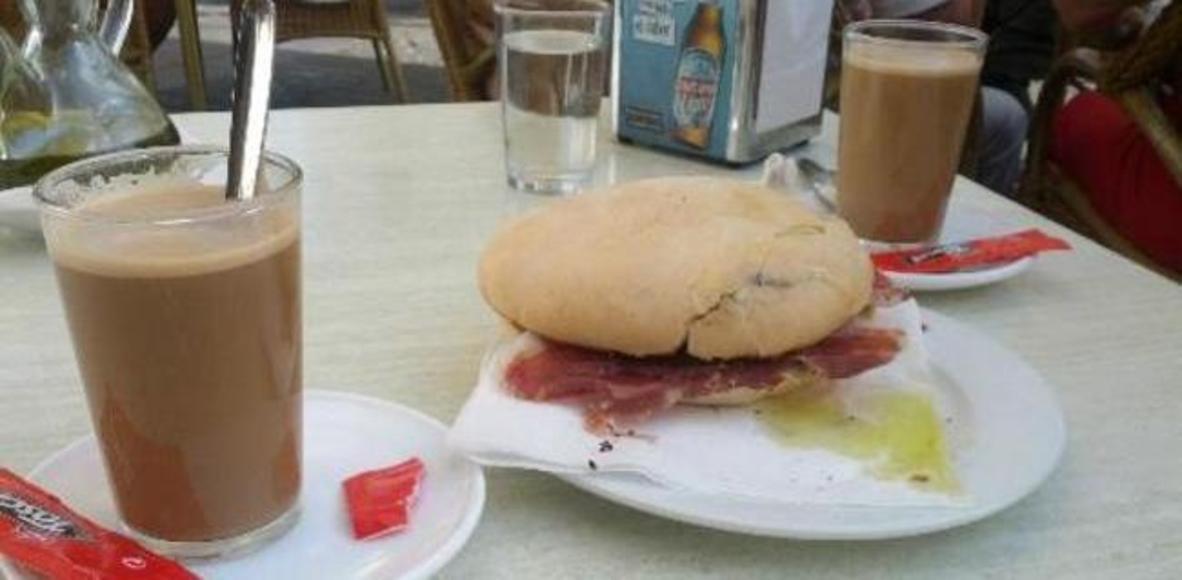 Cafe con media de jamon